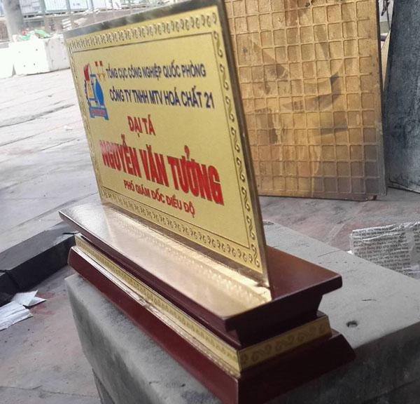 Gia công biển chức danh để bàn tại Hà Nội