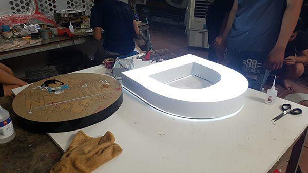 Làm biển quảng cáo chữ nổi mica gắn đèn led